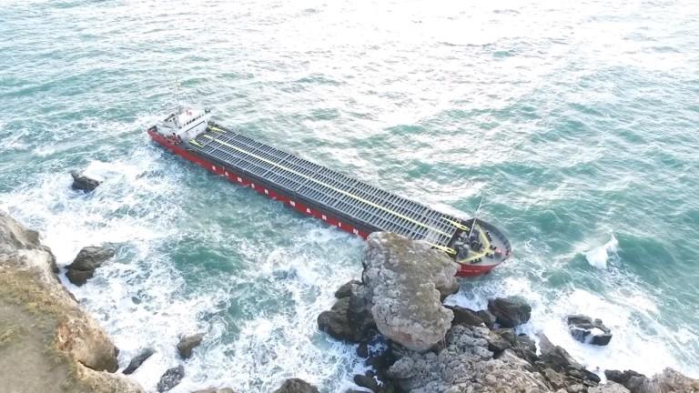 Големият кораб потъва