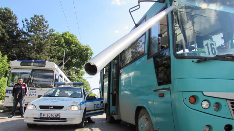 Щека на тролей рани кондуктор на автобус в Русе