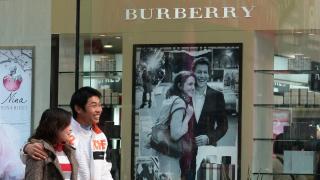 Защо британският луксозен бранд Burberry изгори дрехи и парфюми за 28 милиона паунда?
