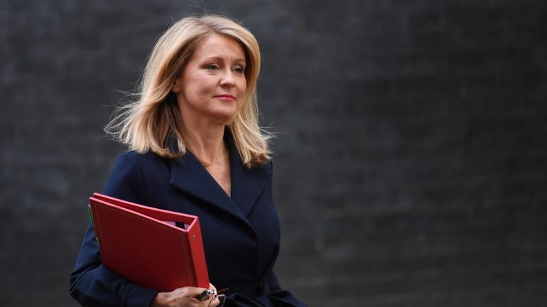 Министърът на труда и пенсиите на Великобритания Естер Маквей подаде