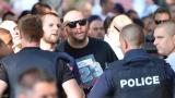 Фенове и полицаи се биха на плажа в Бургас! (СНИМКИ)