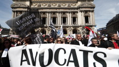 Лекари, адвокати и пилоти протестират в Париж заради пенсионната реформа на Макрон