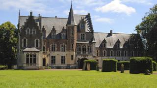 Белгийски замък, увековечен в картина от 17 век, се продава за €4 милиона