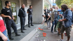 Протестиращи поздравяват с цветя областния на София