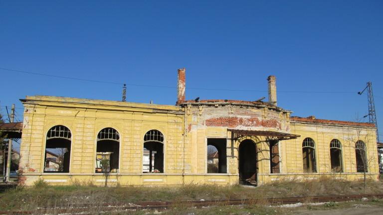 Царската гара в Казичене продължава да се руши. Междувременно от