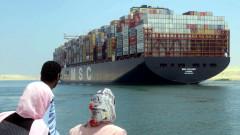 Гигантски контейнеровоз се обърна и запуши Суецкия канал