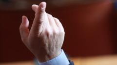 Германски депутат хвърли оставка, печелил от сделки с маски