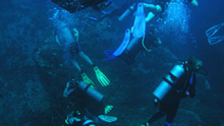 Издирват оцелели моряци след инцидента в Жълто море
