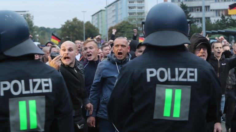 """8 ранени полицаи на концерт """"Рок срещу твърде многото чужденци"""" в Германия"""