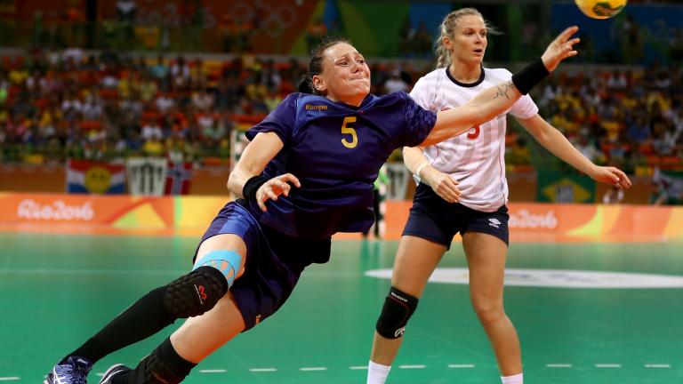 Фаворитките започнаха с победи в дамското хандбално 2016
