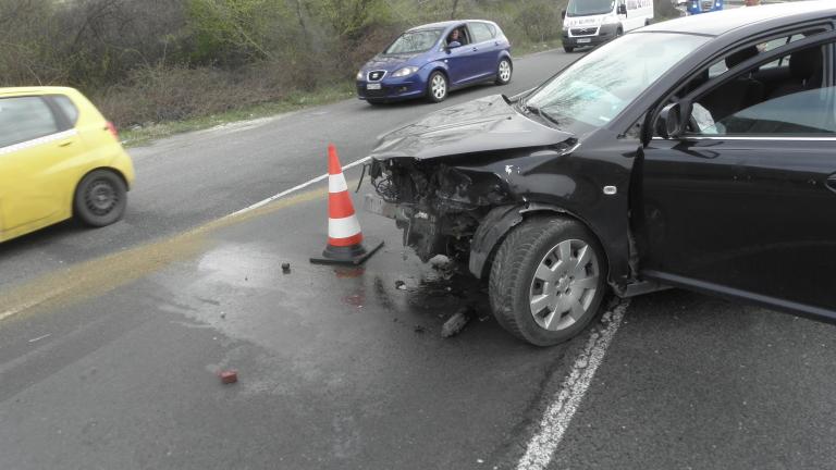 Двама младежи загинаха при челен сблъсък с камион край Стара Загора