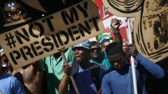 Сълзотворен газ и гумени куршуми по протест в Южна Африка
