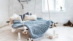 Нови чаршафи и малко изкуство в спалнята