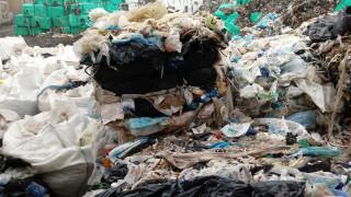 Проверяват незаконно сметище в двора на училище в Пловдив