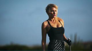 Състезателка по голф стана модел на бански