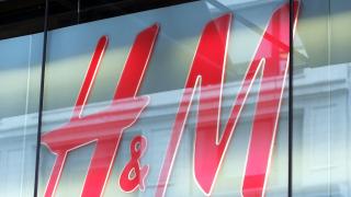 Студената пролет удари продажбите на H&M в Европа