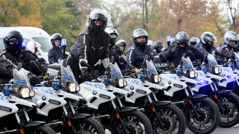 Снимка: Столични полицаи хванаха румънци, продавали фалшиво злато и заплашвали с оръжие