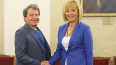 В шеги, закачки и намерения за изчегъртване започна срещата между ИТН и Манолова