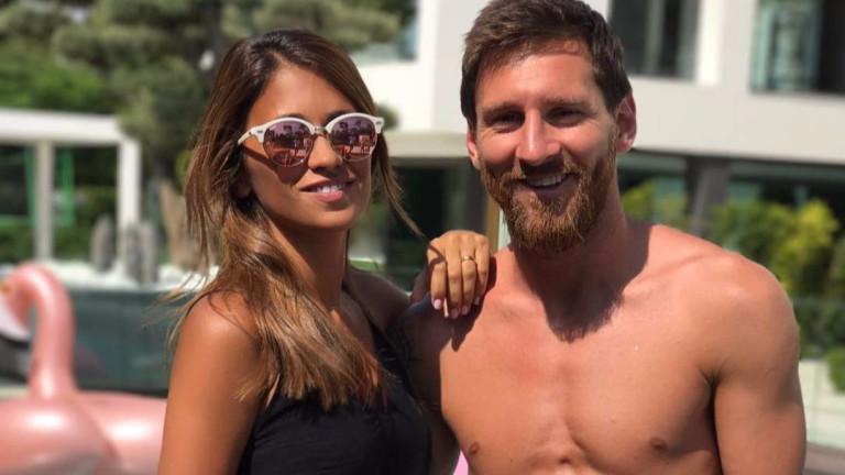 Меси си татуира устните на жена си