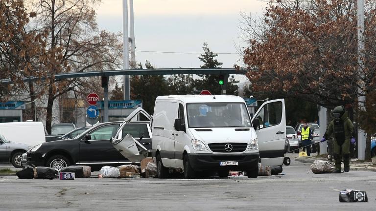 Арменци зарязали буса на летището - единият излетял за Белгия, другият за Русия
