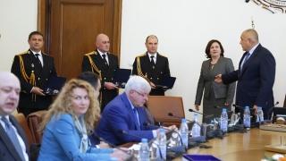 Борисов награди полицаи и ги прати да поемат снега