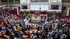 Правителството на Макрон оцеля при два вота на недоверие