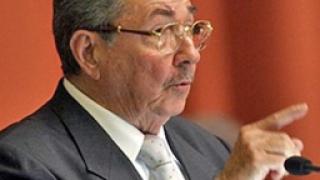 Кастро прескача пропастта, спасява социализма
