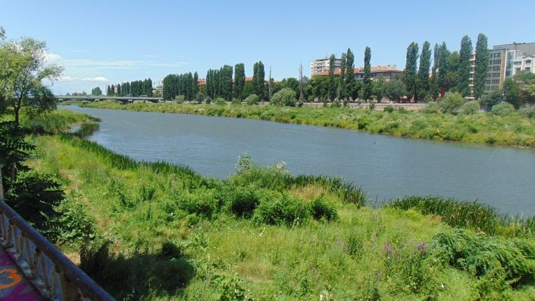 Извадиха варели за опасни химикали от река Марица