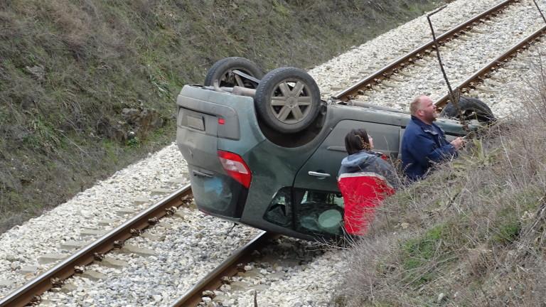 Кола падна на жп линия