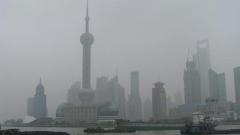 И Шанхай затиснат от тежък смог