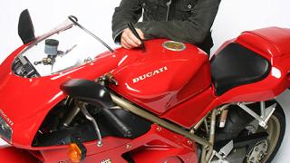 Боно продава на търг своето Ducati 916