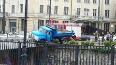 Камион увисна над реката на Лъвов мост