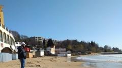 Бурни вълни отнесоха част от ивицата на Южния плаж в Несебър