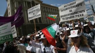 """Медици протестират със самолетни билети """"Тръгвам си"""""""
