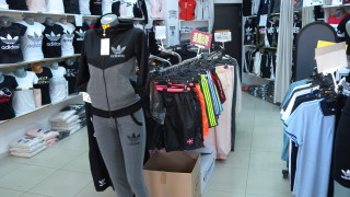 Полицията иззе дрехи менте от 4 магазина в Слънчев бряг