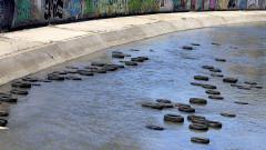 """75 автомобилни гуми доплуваха по реката в столичния кв. """"Сухата река"""""""