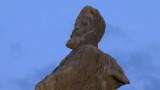 Село в Украйна превърна бюст на Карл Маркс в паметник на Христо Ботев