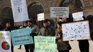 Ще се учи тиквография вместо география, предупреди учителски протест пред МОН