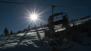 Снегът скъса жици на лифта на Добринище и го спря