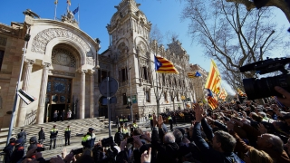 """Сепаратисти крещят в Барселона """"независимост"""" и """"долу съдебната система на Испания"""""""