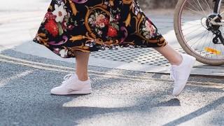 Тенденция назаем: рокля с кецове