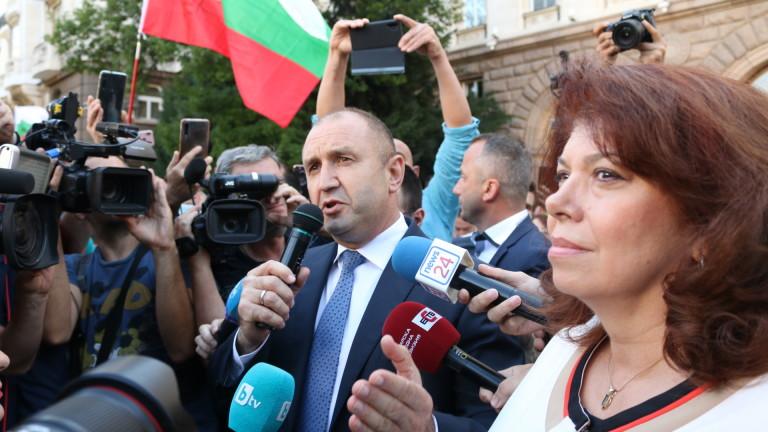 Президентът Румен Радев излезе сред народа пред президентството заедно с