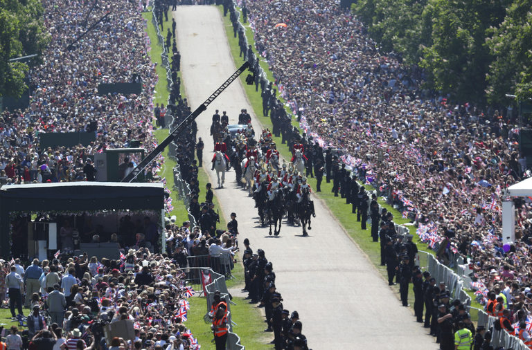 Десетки хиляди поздравиха младоженците и пяха националния химн