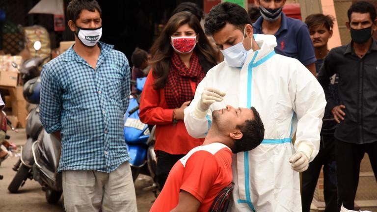 В Индия се бият за болнични легла и кислород след рекордни над 1700 починали