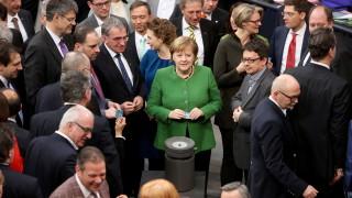 Меркел застана зад Юнкер в кавгата с Унгария