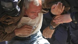 Кремиковци спря. Металурзи атакуват полицейски заграждения