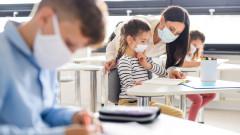 Учителите да носят маска и в час, иска МОН
