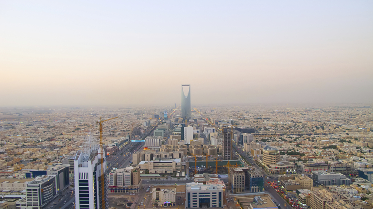 """Тежкият избор на Саудитска Арабия, който може да """"изгори"""" икономиката й"""
