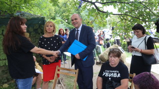 Бисер Петков връчи по проектозакон на всеки от протестиращи лагера зад НС