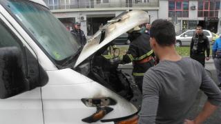 Микробус се подпали в София